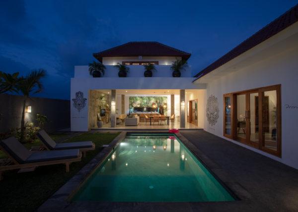 Villa ABSOLU - Vue de la piscine du salon, de la cuisine et de la salle à manger de nuit
